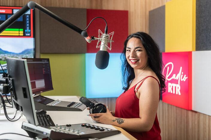 Natalia Weber, Moderatorin / Redaktorin Radio, Radiotelevisiun Svizra Rumantscha (RTR), im neuen Radiostudio in Chur, 17. Mai 2021. Foto: Mattias Nutt